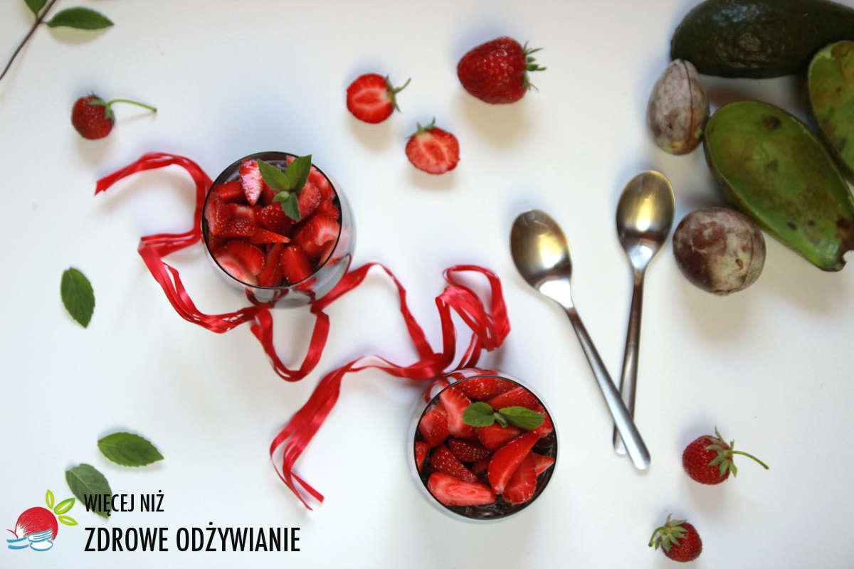 Aksamitny krem z awokado i owocami