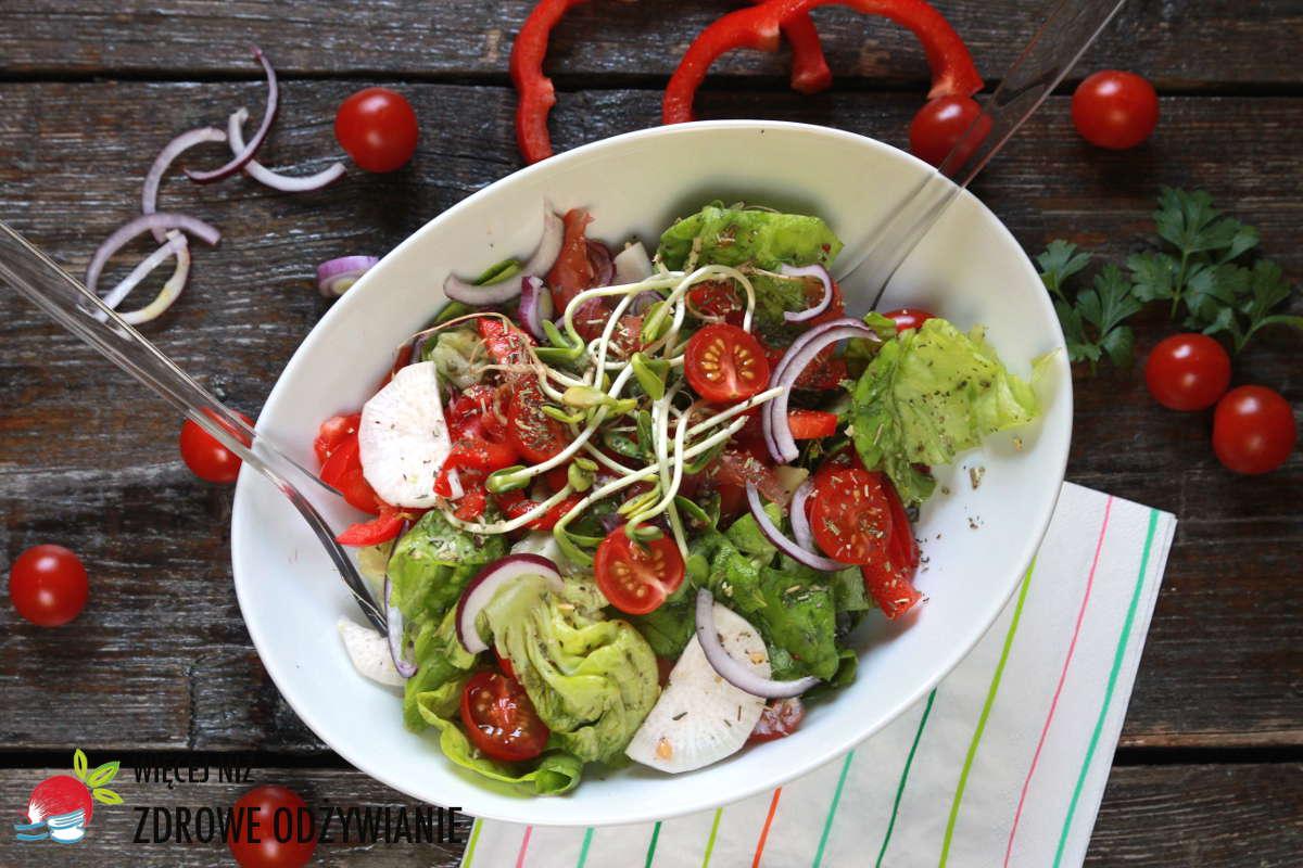 Rzymska sałata z rzodkwią, pomidorami i kiełkami