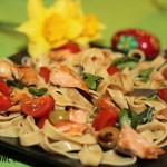 Sałatka z makaronem, łososiem i pomidorami