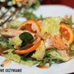 Łosoś na sałacie z pomarańczą i migdałami