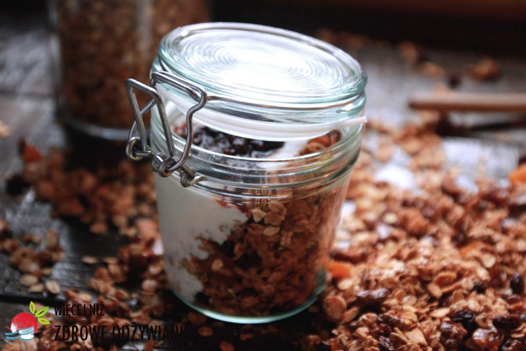 Granola z jogurtem - zdrowa przekąska na wynos