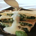Tortille ze szpinakiem i sosem czosnkowym