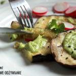 Grillowany bakłażan z sosem z awokado
