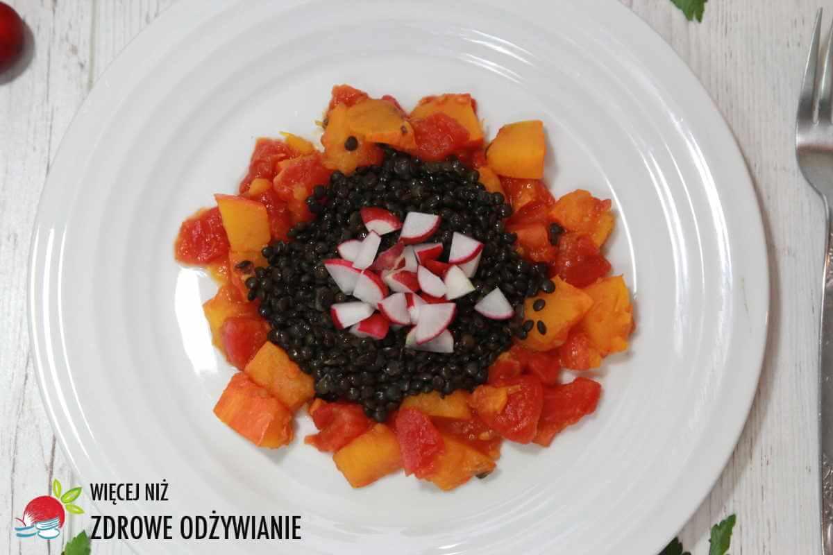 Dynia w pomidorach z soczewicą i rzodkiewkami